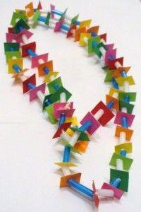 Delle cannucce e dei cartoncini colorati,possono formare una deliziosa collana primaverile per le vostre mamme!