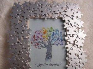 E se riciclaste invece un vecchio puzzle,di cui avete solo pochi pezzi?Coloratelo e potrebbe diventare una cornice originalissima.