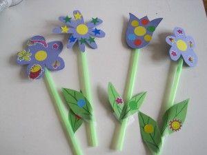Dei piccoli fiori,anche come usati come segnaposto,fatti con cartoncino colorato e cannucce,renderete la tavola per il pranzo della festa della mamma,carinissima!
