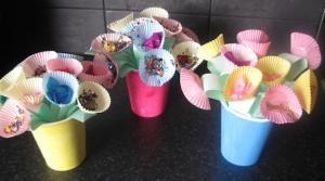 E dei vasetti fatti solo con bicchieri di carta colorati e,gli stecchini degli spiedoni e dei orta cupcakes colorati e di carta,abbellendoli con lustrini e altro?